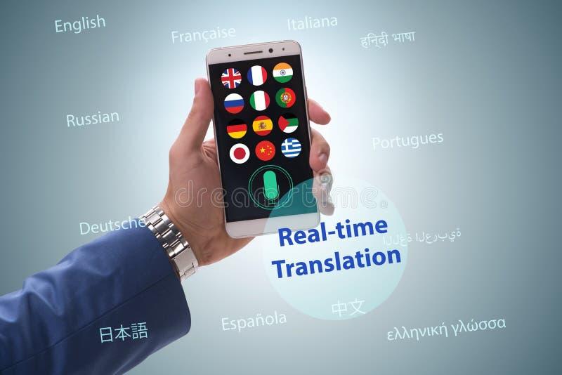 Concetto della traduzione in tempo reale con il app dello smartphone immagini stock