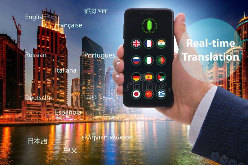Concetto della traduzione in tempo reale con il app dello smartphone fotografia stock libera da diritti