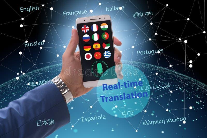 Concetto della traduzione in tempo reale con il app dello smartphone fotografia stock
