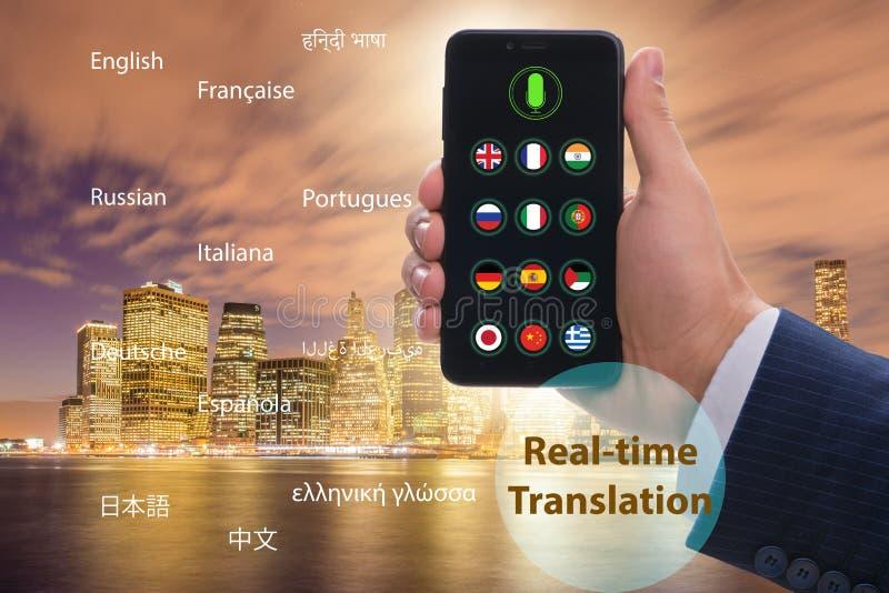 Concetto della traduzione in tempo reale con il app dello smartphone immagine stock libera da diritti