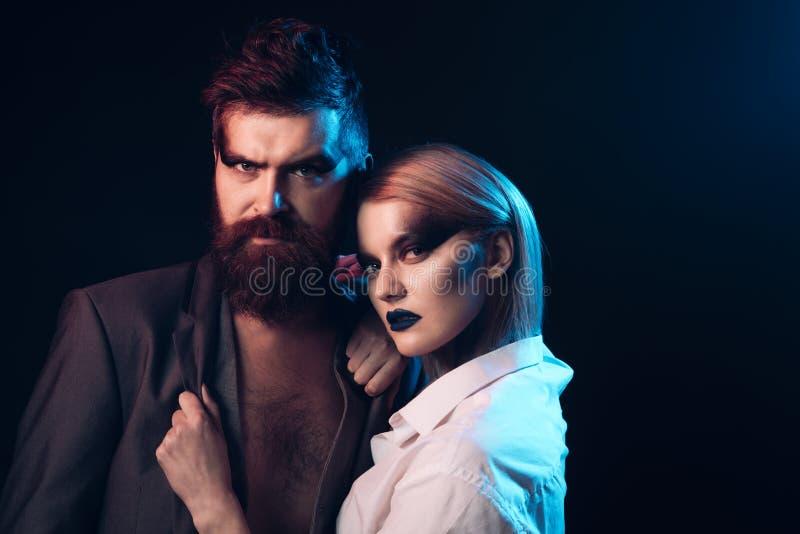 concetto delle coppie Coppie dell'uomo barbuto e della donna sensuale Coppie romantiche con trucco e capelli alla moda Coppie con immagine stock libera da diritti