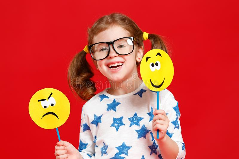 Concetto delle emozioni del ` s dei bambini la ragazza del bambino sceglie fra un triste fotografia stock libera da diritti