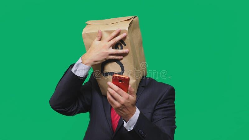 Concetto delle emozioni, gesti un uomo con i sacchi di carta sulla sua testa, con un emoticon dipinto, timore Parlando su un tele immagini stock libere da diritti