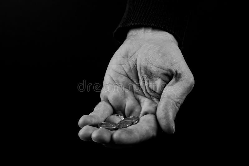 Concetto delle mani amiche, ricchi che danno il povero, palme delle mani dell'uomo sulla tenuta delle monete dei soldi, raggiunge fotografie stock