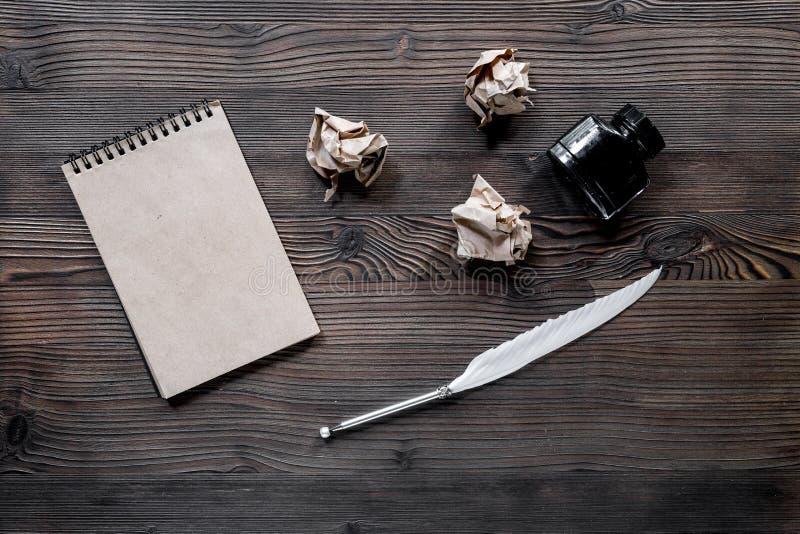 Concetto dello scrittore Metta le piume alla penna, all'inchiostro, al taccuino ed alla carta sgualcita sul modello di legno di v fotografia stock libera da diritti