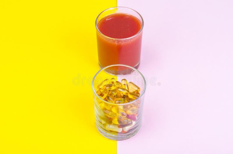 Concetto dello stile di vita e della dieta sani Frutta, verdure, succhi, pillole e supplementi della vitamina immagine stock