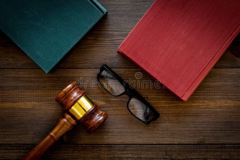 Concetto dello studente di diritto Giudichi i libri dell'annata e del martelletto sulla vista superiore del fondo di legno scuro immagini stock