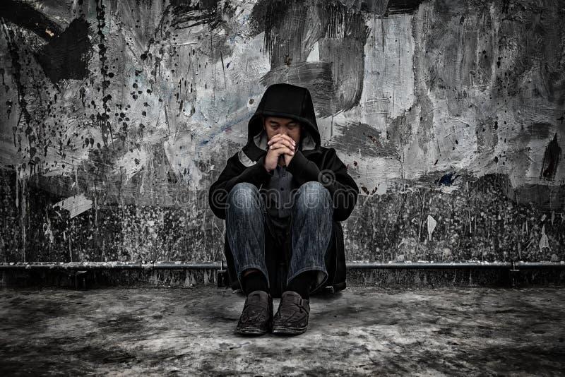 Concetto di abuso di droga , overdose il tossicomane maschio asiatico con proble immagini stock libere da diritti