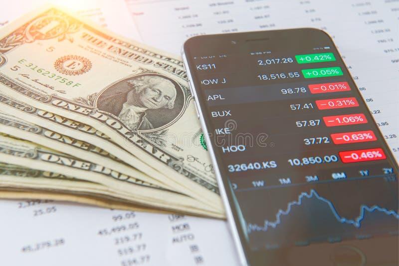 Concetto di affari Analisi finanziaria, Smaetphone e dollari americani fotografia stock