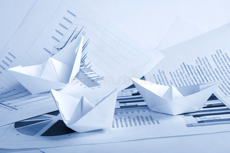 Concetto di affari, barca di carta e documenti fotografia stock