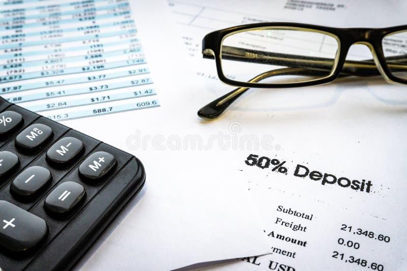 Concetto di affari di contabilità Calcolatore con il rapporto di stima ed il rendiconto finanziario fotografia stock
