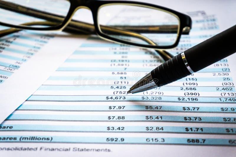 Concetto di affari di contabilità Vetri con il rapporto di stima ed il rendiconto finanziario sullo scrittorio immagini stock libere da diritti