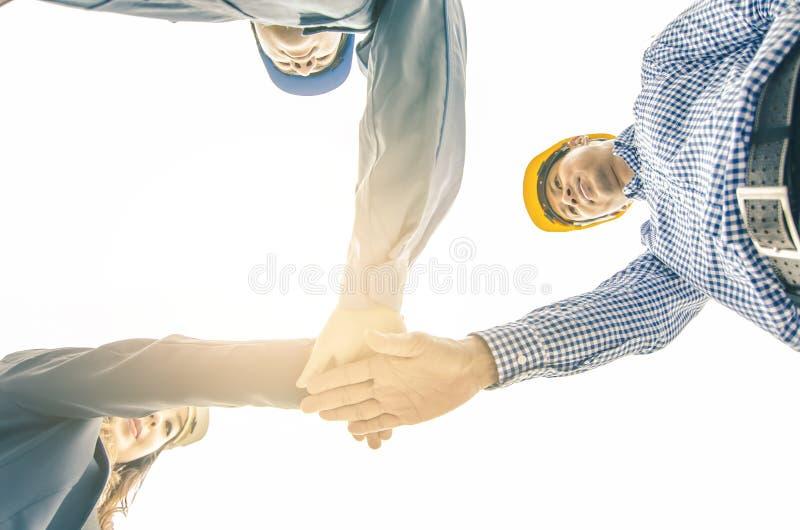 Concetto di affari, della costruzione, di associazione, di gesto e della gente immagine stock