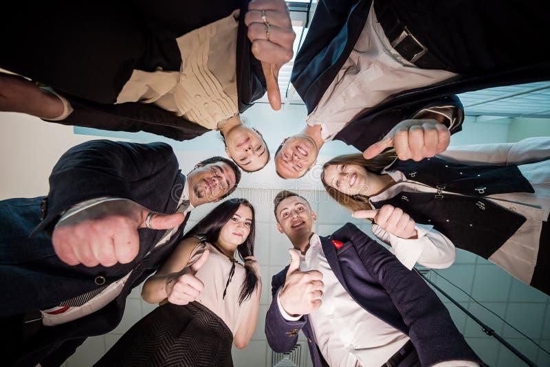 Concetto di affari, della gente e di lavoro di squadra - gruppo sorridente di affare fotografia stock
