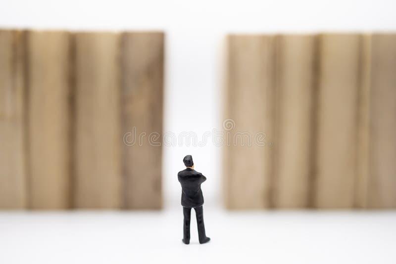 Concetto di affari, della gestione, di pianificazione, di successione e di strategia Chiuda su della figura miniatura condizione  fotografia stock libera da diritti