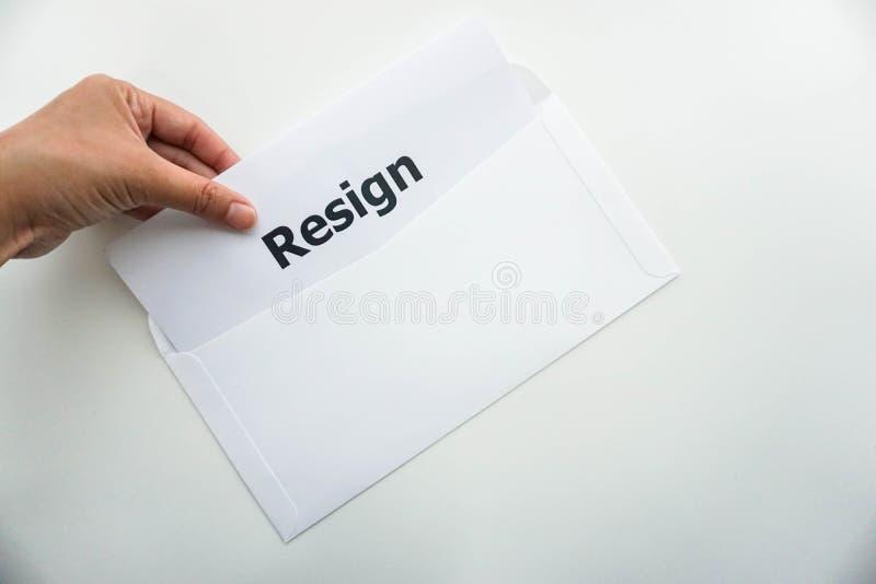 Concetto di affari della lettera di dimissioni isolata della tenuta della donna immagini stock