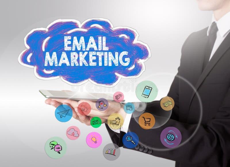 Concetto di affari di vendita del email Giovane che tiene un computer della compressa illustrazione di stock