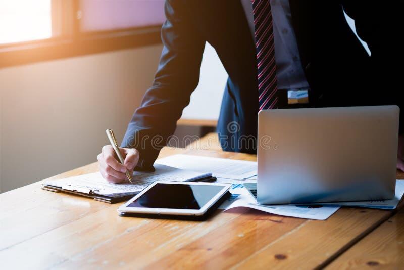 Concetto di affari Il responsabile dell'uomo d'affari che lavora nell'ufficio moderno, fa un affare, firmante il contratto uffici fotografia stock