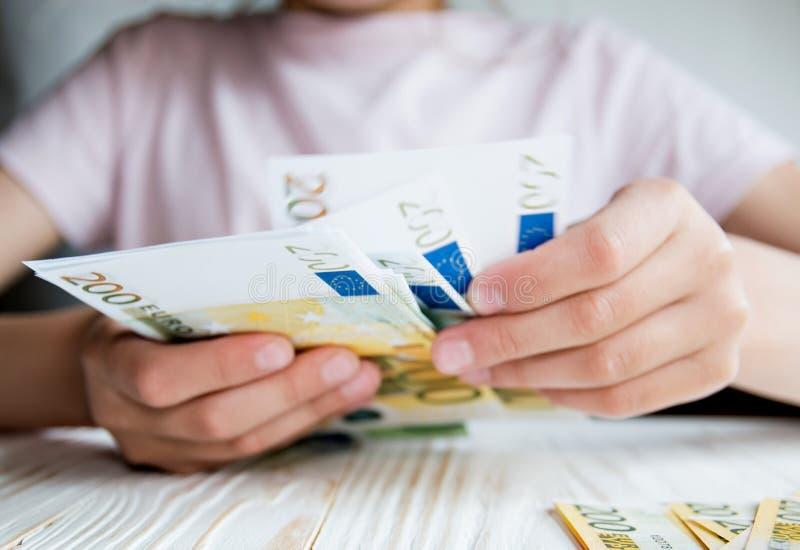 Concetto di affari, mani del bambino che contano soldi fotografie stock