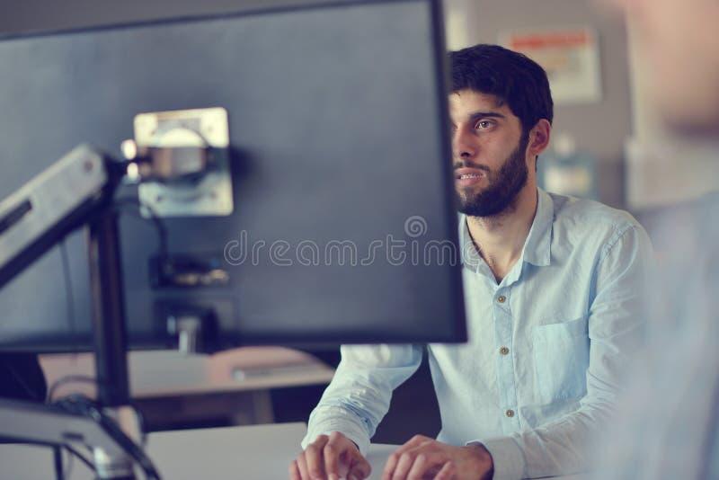 Concetto di affari, di partenza e della gente - uomo d'affari o impiegato di concetto maschio creativo con il caffè bevente del c fotografia stock libera da diritti