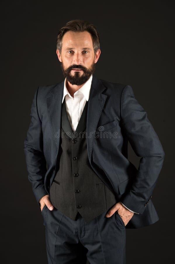 Concetto di affari Uomo barbuto in vestito Azienda leader senior Prenda il vostro affare al livello seguente fotografia stock