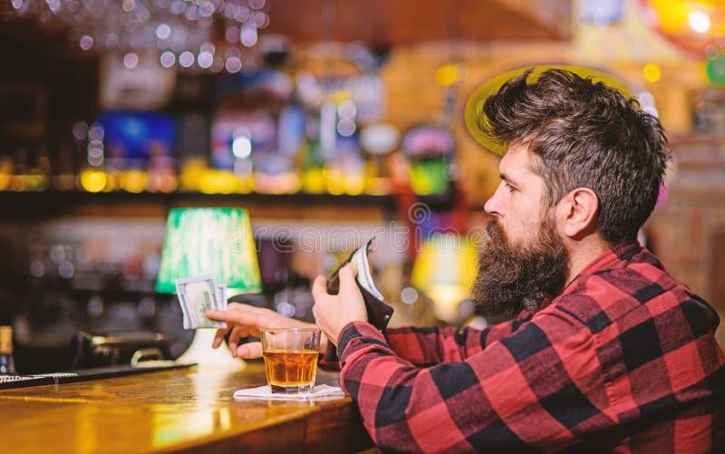 Concetto di alcolismo e di depressione Uomo con il fronte occupato fotografia stock