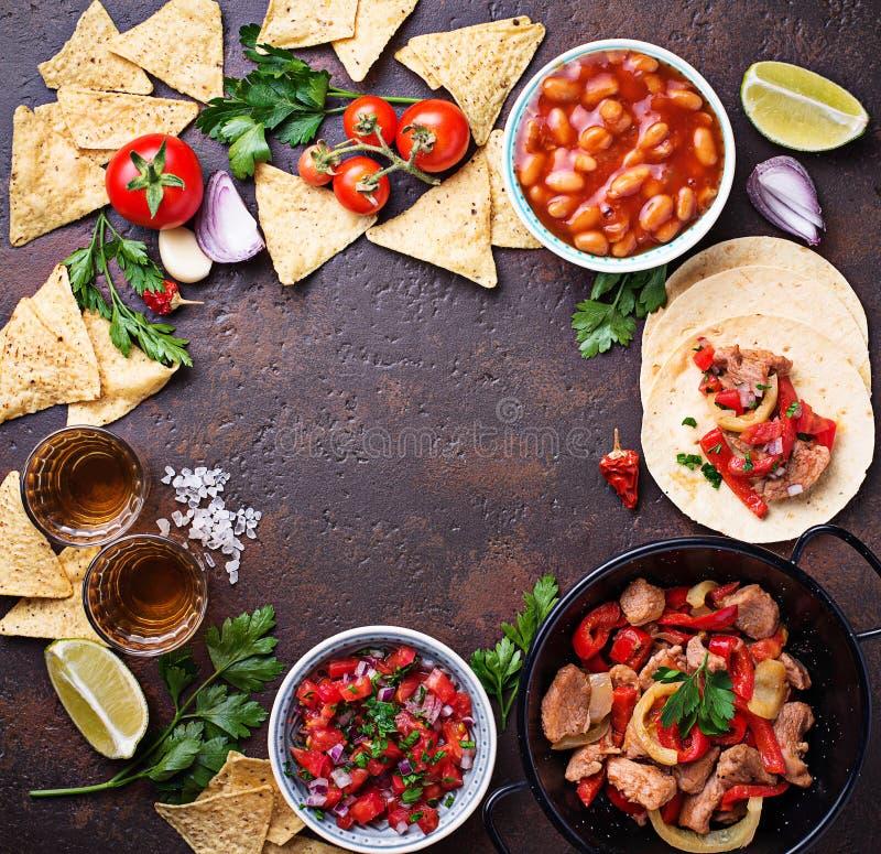 Concetto di alimento messicano Salsa, tortiglia, fagioli, fajite e te fotografie stock libere da diritti