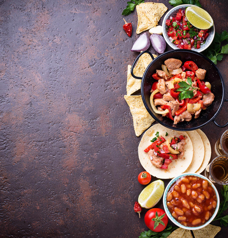 Concetto di alimento messicano Salsa, tortiglia, fagioli, fajite e te fotografia stock libera da diritti