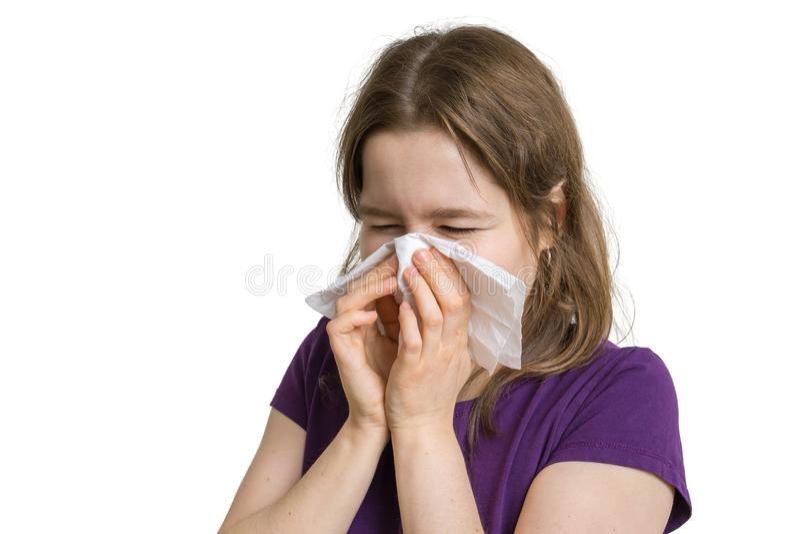 Concetto di allergia La giovane donna allergica è starnutente e soffiante il suo naso fotografia stock libera da diritti