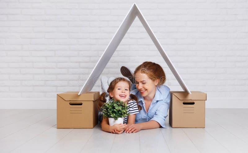 Concetto di alloggio, madre della famiglia di rilocazione e di ipoteca e ch fotografia stock libera da diritti