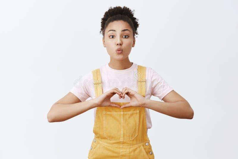 Concetto di amore, di cura e di relazione Ritratto di offerta affascinante e dell'amica afroamericana di amore in alla moda immagini stock