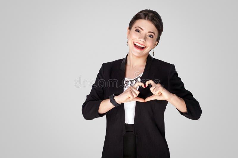 Concetto di amore Donna creativa che mostra il segno di forma del cuore immagine stock libera da diritti