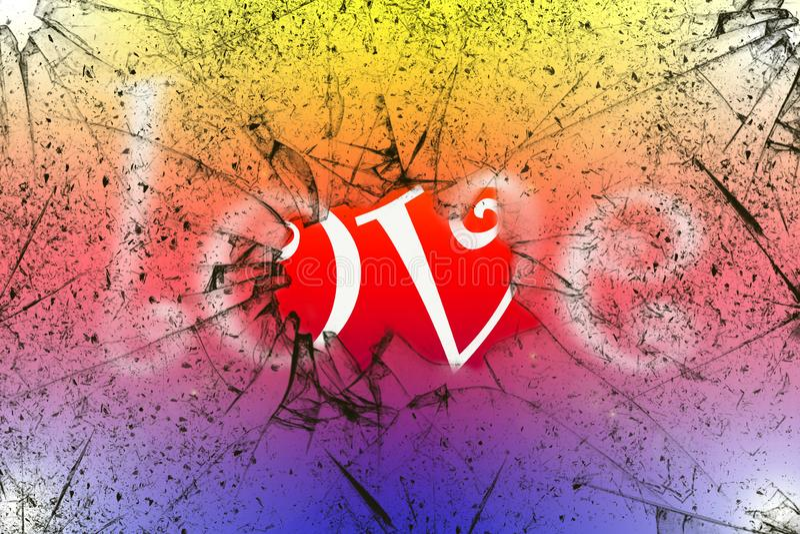 Concetto di amore di parola dietro il vetro rotto con fondo variopinto luminoso fotografia stock libera da diritti