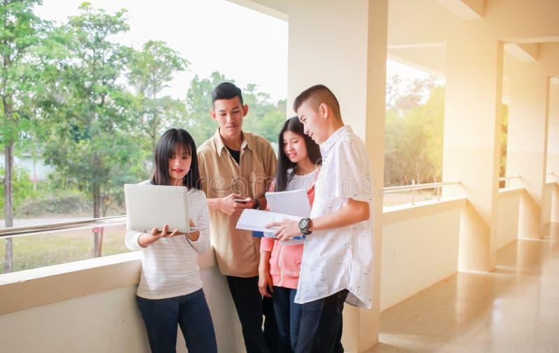 Concetto di apprendimento scolastico: Studenti o business start business Young Asian College usano il tablet per studiare insieme immagine stock