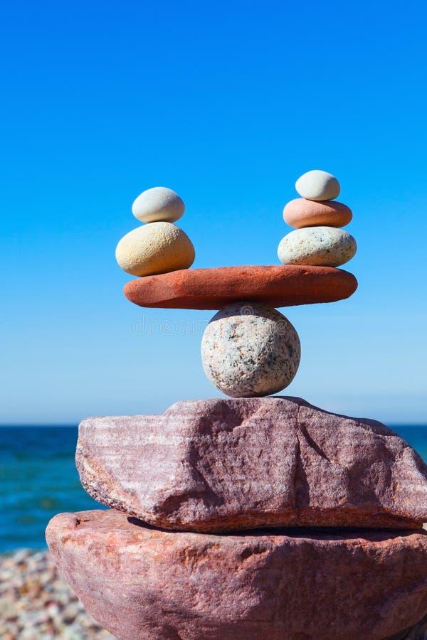 Concetto di armonia e di equilibrio Pietre dell'equilibrio contro il mare fotografia stock