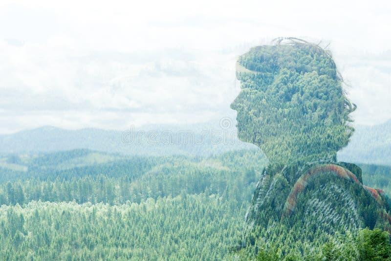 Concetto di arte: ritratto di doppia esposizione della giovane donna nel paesaggio immagini stock libere da diritti