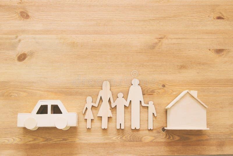 Concetto di assicurazione vita familiare, finanziario e problemi di salute fotografie stock libere da diritti