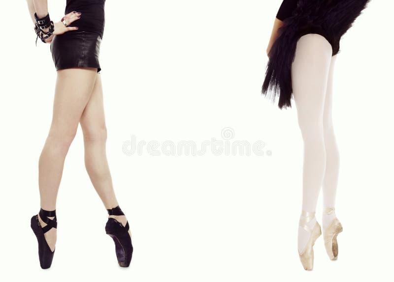 concetto di ballo Lle gambe esili della donna due in scarpe di balletto sopra fondo bianco, co fotografie stock