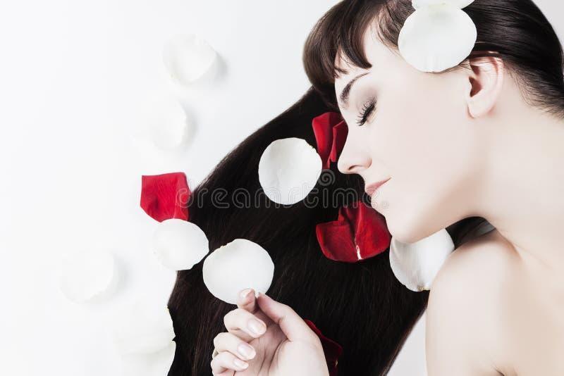 Concetto di bellezza della donna: Ritratto di giovane donna caucasica con il SOF fotografia stock