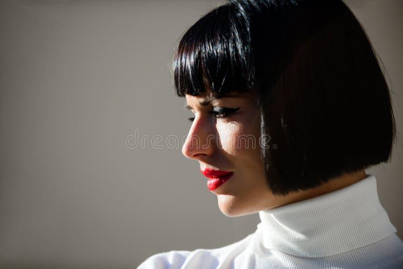 Concetto di bellezza e di modo Accento luminoso di trucco sulle labbra Il trucco rosso del rossetto gli ? adatta Trucco perfetto  immagine stock