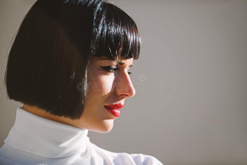 Concetto di bellezza e di modo Accento luminoso di trucco sulle labbra Il trucco rosso del rossetto gli ? adatta Trucco perfetto  fotografia stock libera da diritti