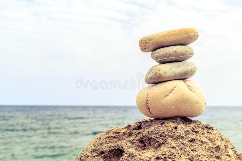 Concetto di benessere di ispirazione dell'equilibrio delle pietre fotografie stock