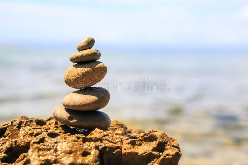 Concetto di benessere di ispirazione dell'equilibrio delle pietre fotografia stock