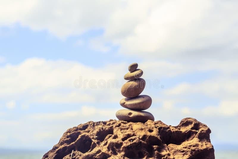 Concetto di benessere di ispirazione dell'equilibrio delle pietre fotografie stock libere da diritti