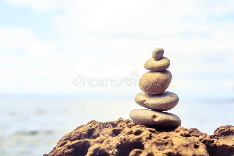 Concetto di benessere di ispirazione dell'equilibrio delle pietre fotografia stock libera da diritti