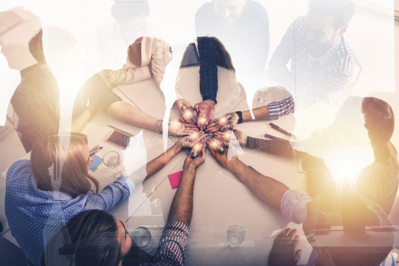 Concetto di 'brainstorming' e di lavoro di squadra con gli uomini d'affari che dividono un'idea con una lampada Concetto della pa fotografie stock libere da diritti