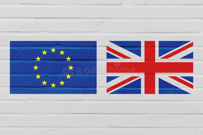 Concetto di Brexit con la bandiera di Unione Europea e del Regno Unito sul muro di mattoni fotografia stock