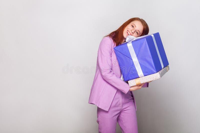 Concetto di buon compleanno! Ragazza sveglia sexy che abbraccia i suoi regali e gabinetto immagini stock
