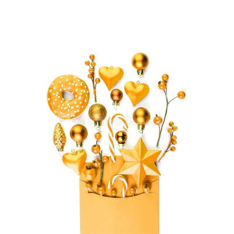 Concetto di Buon Natale con la carta per buste gialla con i regali di Natale isolati su fondo bianco immagine stock