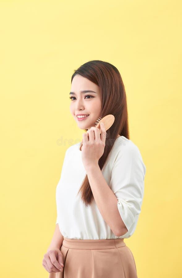 Concetto di buoni capelli sani Bella donna affascinante graziosa con il sorriso di orientamento fotografia stock libera da diritti